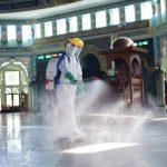 Menjelang Dibuka Kembali, PMI Disinfektan Masjid Al-Azhom